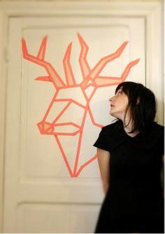 Dit is mijn projectje met washi-tape! Een waar kunstwerkje van een rendier op de deur van mijn kamer. Ik heb voor het project zo'n 8 meter (naar schatting) effen rode washitape van de Veritas gebruikt, en een klein beetje gestreepte washitape van de Hema voor de opvulling van de neus en het gewei. Ik vind het ongelooflijk geslaagd en zou iedereen deze goedkope decoratie aanraden!  Making-of: https://www.youtube.com/watch?v=uOTPUhvnD0I