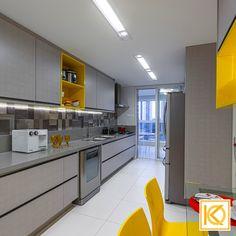 Os tons de cinza e amarelo compõe essa linda cozinha com detalhes em mosaicos de volumetria criando desenhos personalizados. Uma linda bancada completou a harmonia da cozinha, que tem armários com amplas gavetas que criam a sensação de amplitude e promovem unidade. A torneira especial Docol tem alcance máximo e permite atender às duas cubas. #ProjetodeArquitetura #Arquitetura #Decor #Residencial #Cozinha #KarlaOliveira #StudioKarlaOliveira