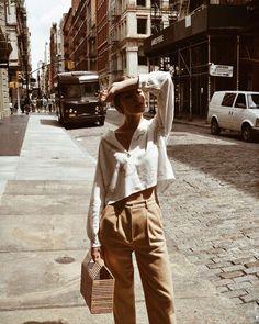 Os looks com itens em tons naturais e terrosos e Bolsas em Fibras naturais, viraram paixão fashion e devem continuar nos looks de 2018. Aposte muito nesse verão! As Calças Beges são as minhas preferidas e eu amei esse modelo aqui - http://bit.ly/2k7uOjc , já as Bolsas em palha e outras fibras, você encontra aqui - http://buyerandbrand.com.br/mododeusarmoda/?bi=2feuso8