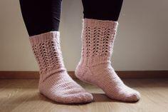 Pitsisukat Knitting Socks, Knit Socks, Mittens, Fashion, Knitting Loom Socks, Knitting Loom Socks, Fingerless Mitts, Moda, La Mode