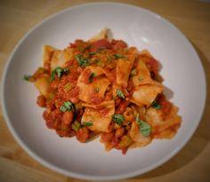 Nudeln mit Borlotti-Bohnen in Tomatensauce