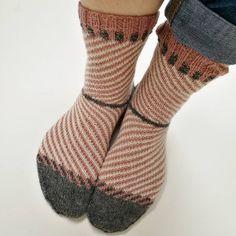 *unbezahlte Werbung* Langsam merkt man, dass der Sommer vorbei ist ... jedenfalls bei uns im Norden. Endlich kann man wieder warme Socken anziehen 😉. . Das SoxxBook family + friends und passendes Sockengarn gibt es in meinem Onlineshop 🔝 . #soxxbookfamilyandfriends #frechverlag#langyarns #jawoll#sockenstricken#knittingsocks#stricken#knitting#knittersofinstagram #knittedsocks #soxxsüchtig Stine Und Stitch, Leg Warmers, Socks, Legs, Instagram, Friends, Accessories, Fashion, Threading