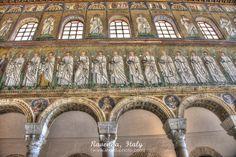 SAN Apollinare. De. Lange optocht heiligen in witte toga met martelaarskroon in hun handen schrijdt van het paleis van Theodorik naar het altaar met sereniteit en onwezenlijke  blikken gericht op het eeuwige
