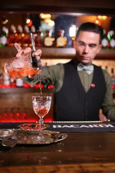 Το Smyrna cocktail του Γιώργου Μεγαλοκονόμου είναι ένα από τα τρία που πέρασαν στο τελικό της Bacardi Legacy Global Cocktail competition, ενός παγκοσμίου φήμης διαγωνισμό για bartenders που διοργανώθηκε για τρίτη φορά στην Ελλάδα. O Γιώργος είναι ένας από τους καλύτερους, τους top bartenders που έχουμε, τον ακολουθώ χρόνια, έχω πιει συγκλονιστικά ποτά από τα χέρια του και νομίζω πως αξίζει πολλά βραβεία! Alcoholic Drinks, Cocktails, Green, Food, Craft Cocktails, Essen, Liquor Drinks, Cocktail, Meals