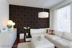 Tumma tapetti yhdistyy kauniisti vaaleisiin huonekaluihin / Dark wall paper against the white furniture