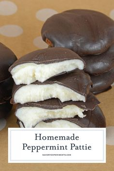 Cool and creamy this Homemade Peppermint Pattie recipe is so easy to make It only use 4 ingredients and can be customized to fit any holiday or event peppermintpattie peppermintpatties yorkpeppermintpattie Homemade Peppermint Patties, Homemade Sweets, Homemade Candies, Pepermint Patties, Homemade Chocolates, Peppermint Candy, Easy Candy Recipes, Fudge Recipes, Sweet Recipes