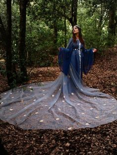 Extra large Bridal embroidered organza Cloak by CostureroReal Medieval Dress, Medieval Clothing, Medieval Fantasy, Medieval Costume, Larp, Fantasy Dress, Fantasy Costumes, Looks Cool, Cloak