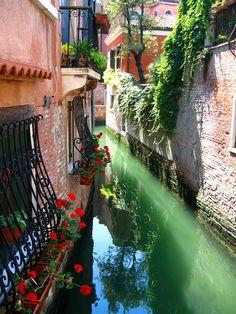 Estrecho canal, Venecia, Italia