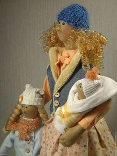 Купить или заказать 'Мамино счастье', 2 в интернет-магазине на Ярмарке Мастеров. 'Мамино счастье', куклы в стиле Тильда. Рост 46 см. Рождение малыша, прибавление в семье, наверное, самая счастливая пора. Эти куклы как нельзя лучше подойдут к этому чудесному событию. Этим подарком Вы сможете удивить, проявить знак внимания и любви в день рождение мамочки, у которой есть прекрасные детки. Куклы выполнены из хлопка и льна (производство США, Япония). Набивка - синтепух.