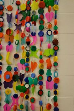 Great way to reuse bottle caps, since a lot of recycling centers will not take them Bottle Top Art, Bottle Top Crafts, Bottle Cap Projects, Bottle Caps, Recycled Art Projects, Upcycled Crafts, Diy Crafts, Plastic Bottle Tops, Plastic Bottle Crafts