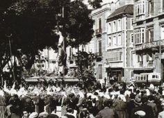 Aquí tenemos a un crucificado en la Alameda Principal, en un momento de descanso. Es curioso ver, al fondo a la derecha, un autobús de la compañía Portillo delante de sus oficinas. (1931)