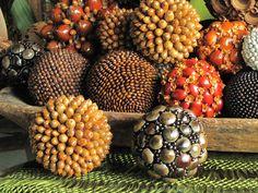Decor diy spheres made with seeds, grains and acorns with textures and colours by Decoesferas / Esferas Manualidad natural con texturas y colores hechas de semillas, granos y bellotas