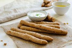 Čaká vás párty s priateľmi či rodinné posedenie a vy premýšľate čím prispieť? Vykúšajte tieto jednoduché chlebové tyčinky alias chrumkavé domáce grissini.