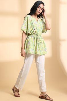 Short Kurti Designs, Kaftan Designs, Blouse Designs, Short Kaftan Dress, Kaftan Tops, Fashion Wear, Fashion Outfits, Kurtis With Pants, Hand Work Blouse Design