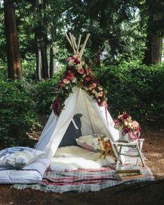 Un tipi à fleurs pour un mariage bohème ou une après midi romantique en extérieur A flowered teepee for a bohemian wedding or a romantic afternoon outdoors