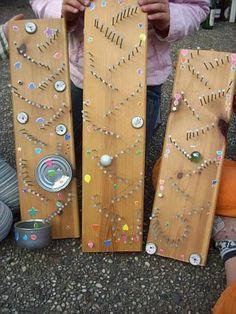 Maak een knikkerbaan met een houten plank, bierdopjes en een zooi spijkers. (www.opvoedproducten.nl)