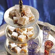 Lokum (turks fruit) is een lekker recept en bevat de volgende ingrediënten: 1 sinaasappel, 25 gram gepelde pistachenootjes, 250 gram suiker, 2 blaadjes witte gelatine, 5 eetlepels maïzena, 1 eetlepel citroensap, 3 eetlepels poedersuiker, 1/2 eetlepel olie om in te vetten