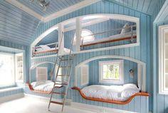 Grote kinderkamer voor een leuk slaappartijtje. - Large nursery for a fun slumber party. #kinderkamer #nursery #slapen #sleep #plezier #fun #trap #stair #kussen #pillow #deken #blanket #StudioInterio #SI