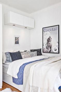 Les petites surfaces du jour : vive les fleurs >>> Le placard au dessus du lit, avec éclairage intégré.