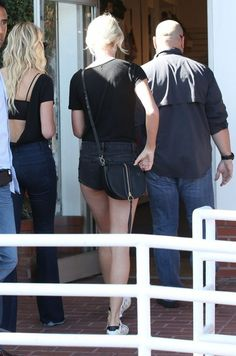Taylor Swift Photos - Singer Taylor Swift is spotted out shopping with a friend at Fred Segal in West Hollywood, California on April 28, 2016. Taylor recently invited Julia Roberts to join her for an onstage cameo at her 1989 Tour. - Taylor Swift Shopping at Fred Segal