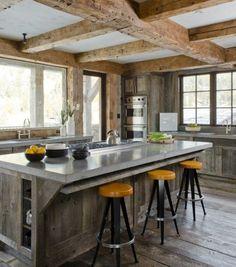 plan de travail cuisine avec des tabourets de bar et revêtement de sol en bois