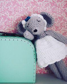 Le mystère se lève enfin sur la tenue de Lucette la souricette! Ainsi elle sera assortie à la chambre de la jolie Lisa #crochet #crochetaddict #crochetmama #capitainecrochet #cotonetgourmandise #byginacie #handmadewithlove #cadeaudenaissance #lucettelasouricette @cotonetgourmandises @dropsdesign @sassandbelle @moncultura