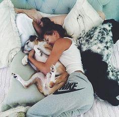 perros acostados con su dueña