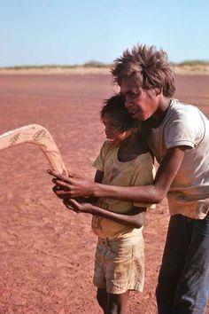 Photos of Aboriginal children from the desert, the traditional communities of the Warlpiri, Arrarnta (or Arrernte) and Pintubi-Loritja peoples. Aboriginal Children, Aboriginal People, Multicultural Activities, Terra Australis, Aboriginal Culture, Small Lake, Australia Photos, Living On The Edge, Indigenous Art