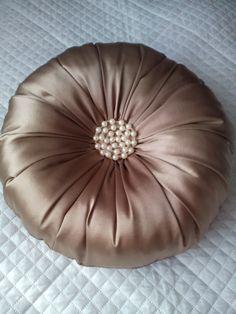 Круглая подушка с жемчужными бусинами
