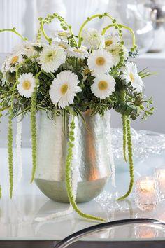 Wonderful white gerbera bouques in a silver vase #whitegerberas #inspiration #colouredbygerbera #dutchgerbera