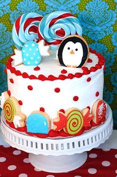 Bolo de aniversário decorado com cookies decorados! Você compra ou faz um bolo simples e decora com os cookies no tema da festa. Lindo!