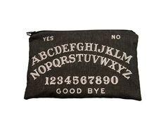 Chair de poule ! Vous ne pourrez pas utiliser ce sac de charbon de bois noir/gris maquillage pour communiquer avec les autres dimensions, mais