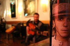 https://flic.kr/p/Hk2EtV   DO Sol Sostenible   Una performance única: Música, poesía & enogastronomía. Con Hugo Kwaschnowitz (Dirección, guitarra y voz), Gabriel Rocha (Guitarra y voz) y Medhi Kerrou (Chef). El Pepinillo de Barquillo.