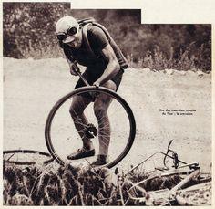 Tour de France 1935. Romain Maes (1912-1983) impegnato a gonfiare un tubolare [Match L'Intran, 13 agosto 1935]