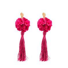 Pendientes de flamenca de borla con clavel. La flor es de tela teñida a mano y montada sobre base metálica dorada y borla en hilo de seda.