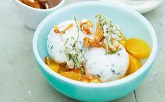 Rosmarinsorbet med karamelmandler En frisk og let sorbet med serveret med flødeskum og karamelliserede mandler. Prøv den skønne smagskombination af rosmarin og appelsin.