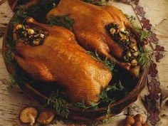 Entenbraten mit Pilz-Haselnuss-Füllung ist ein Rezept mit frischen Zutaten aus der Kategorie Ente. Probieren Sie dieses und weitere Rezepte von EAT SMARTER! Eat Smarter, Turkey, Food, Spice, Christmas Meals, Turkey Country, Essen, Meals, Yemek
