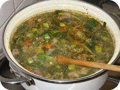 groentesoep maken is erg geschikt voor met deze doelgroep te werken. je kan de personen die meedoen allemaal iets anders laten snijden dus zo kan je hen er in betrekken en we kunnen gezellig samen de soep opeten en zo heb je ook nog eens een praatje.