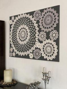 Cuadro hecho a ganchillo sobre lienzo gris oscuro , con aplicaciones en blanco y gris claro Crochet Wall Art, Crochet Wall Hangings, Crochet Home, Crafts To Make, Home Crafts, Diy Home Decor, Doilies Crafts, Crochet Doilies, Framed Doilies