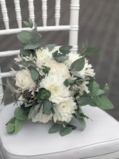 Wintry bridal bouquet in white and green with roses, dahlias and eucalyptus leaves weddingstyle. Winter Bridal Bouquets, Bride Bouquets, Bridal Flowers, Hand Flowers, Wedding Highlights, Groom Boutonniere, Rose Design, Bridal Makeup, Artificial Flowers