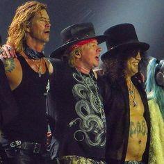 É hoje! Depois de mais de 2 décadas irei rever esses caras juntos meus ídolos da música! A última vez que eu vi ao vivo eu tinha 11 anos e era meu primeiro show de rock (valeu mãe pela oportunidade precoce). Agora uma vida se passou e sigo amando fortemente e ansiedade nível hard! Pode vir Axl Slash e Duff estou pronta pra vocês! #gunsnroses