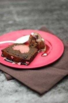 Pour un goûter en amoureux ou pour terminer le dîner avec un cake original, découvrez notre recette de gâteau surprise, réalisé dans la cuisine de Régal.