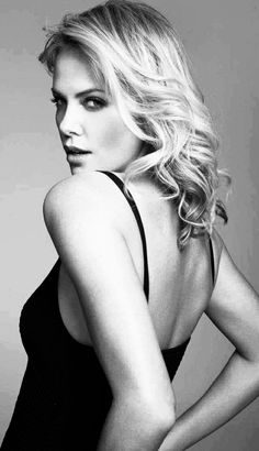 Charlize Theron l Hairstyles Beautiful Celebrities, Beautiful Actresses, Beautiful Women, Photo Mannequin, Charlize Theron Photos, Mixed Media Photography, Atomic Blonde, Actrices Hollywood, Timeless Beauty