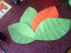 Simply made leaves for the Jurassic Park. Cut large leaves then fold them down the middle then for the lines across fold backwards. After all folded then the back the right way. Park Party Decorations, School Decorations, Park Birthday, 3rd Birthday Parties, Dinasour Party, Festa Jurassic Park, Halloween Office, 80s Party, Throw A Party