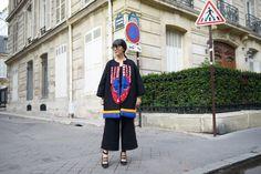 Laura Comolli streetstyle Paris Fashion Week indossa total look Stella Jean e scarpe Deichmann - Tendenza cappotti 2016: il cappotto in stile etnico