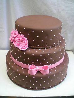 Bolo Cenográfico 3 Andares Marrom e Rosa Bolo Tinker Bell, Beautiful Cakes, Amazing Cakes, Fondant Cakes, Cupcake Cakes, Bolo Fack, Cake Cafe, Cake Decorating Designs, Cake Writing