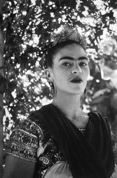 """""""Quise ahogar mis penas en licor, pero las condenadas aprendieron a nadar"""". Frida Kahlo. - Museo del Palacio de Bellas Artes - Google+"""