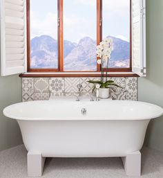 Idillies met 'n droom-uitsig oor die La Bella Vita-landgoed in die Kaapse Wynlande! Misty Forest, Moroccan Decor, Bathroom Flooring, Clawfoot Bathtub, Mountain View, Interior Decorating, Bathroom Bath, Bathrooms, Windows