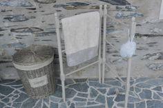 Porte-serviette ancien, de couleur lin.   Made in GrisGroseille.com!