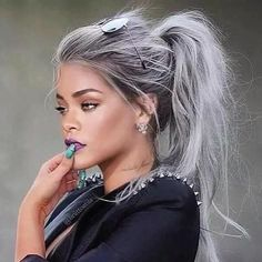 Beautiful gray hair on Rihanna idk if this is edited but it looks good on her <3 ~Danyale